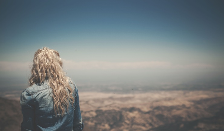 mulher loira olhando horizonte Tumblr
